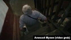 Инвалид Александр Бодулин из Кемерова передвигается по аварийному дому на руках