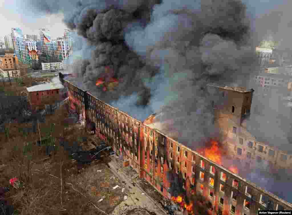 Полымя і дым падчас пажару на заводзе «Неўская мануфактура» ў цэнтры Санкт-Пецярбургу, Рас2я, 12 красавіка. (Reuters/Anton Vaganov)