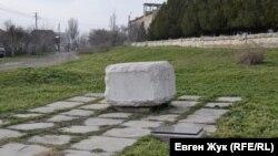 За оградой находится фрагмент памятника британским воинам, погибшим при штурмах Третьего бастиона в 1854-1855 годах. Перенесен сюда в марте 2009-го с места первоначальной установки по улице Даши Севастопольской, 3