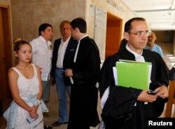 Мадина (слева) — дочь Мухтара Аблязова, ее муж Ильяс Храпунов (второй слева) и Бруно Ребсток (справа), адвокат Аблязова, после слушания в здании суда в Экс-ан-Провансе, Южная Франция, 1 августа 2013 года