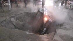 Київ: на Жилянській прорвало трубу з гарячою водою. Автівка пішла під асфальт – відео