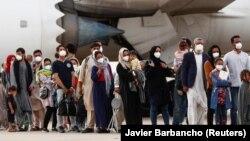 Qytetarët afganë që janë evakuuar nga Kabuli mbërrijnë në një bazë ajrore jashtë Madridit, Spanjë, 24 gusht 2021.