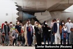 Persoane evacuate din Afganistan sosesc in Spania, la Madrid, 24 august 2021.