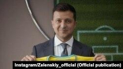Президент Украины Владимир Зеленский с футболкой национальной команды