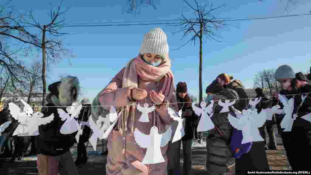 Ініціатори акції – співачка та громадська діячка Анжеліка Рудницька і «Територія А», які 2014 року започаткували символічну традицію поминати загиблих за Україну паперовими ангелами
