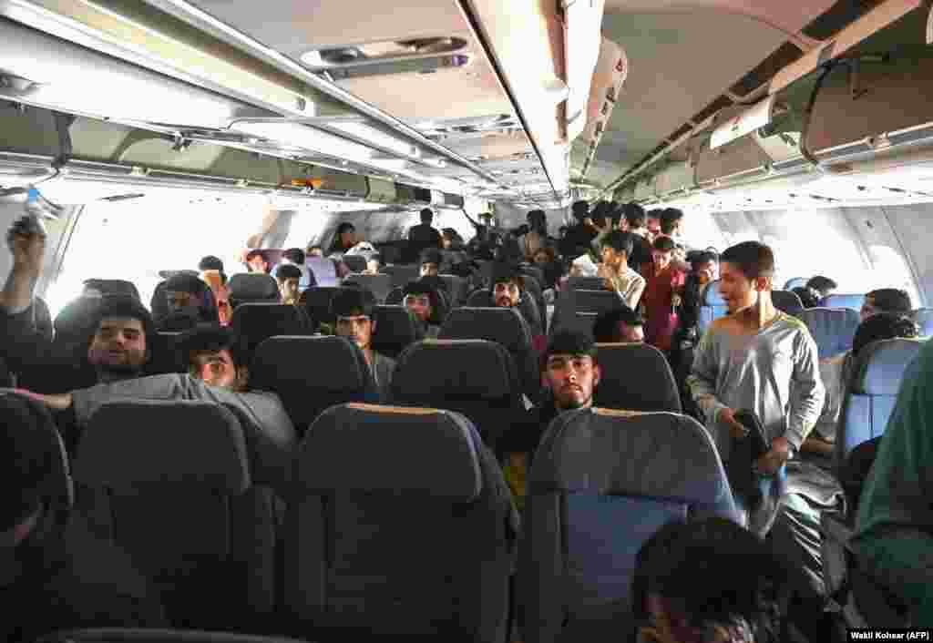 Афганські пасажири сидять у літаку, поки чекають вильоту з Кабула