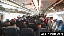 Afganët dhe shtetasit e huaj duke u larguar nga Kabuli më 16 gusht.