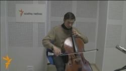 Ильяс виолончельдә татар көйләре уйный