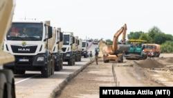Teherautók és munkagépek az M35 autópálya csomópontjánál Debrecennél 2021. július 23-án
