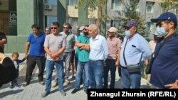 Жители пригородного поселка Жанаконыс-4 перед зданием акимата Актюбинской области. 28 мая 2021 года.