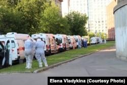 Очередь скорых перед Покровской больницей в Санкт-Петербурге, 12 июня