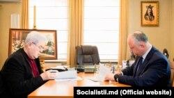 Vladimir Voronin și Igor Dodon semnând acordul de colaborare dintre PCRM-PSRM, în biroul liderului comunist