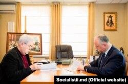 Vladimir Voronin și Igor Dodon, semnând acordul de colaborare PCRM-PSRM