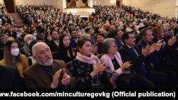 Мааракеге кыргыз интеллигенциясы, кино, театр өнөрлөрү, жазуучулар, акындар катышты.