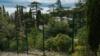 Отгороженная забором стройплощадка посреди Форосского парка, март 2021 года