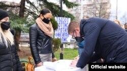 Претседателот на ВМРО-ДПМНЕ Христијан Мицкоски се потпишува на иницијативата против најавениот попис