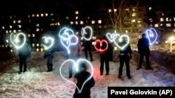 Emberek a telefonjuk zseblámpájával rajzoltak fényszíveket, hogy kifejezzék a szolidaritásukat Alekszej Navalnij mellett. Moszkva, Oroszország, 2021. február 14.