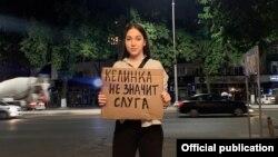 Участница флешмоба в Узбекистане.
