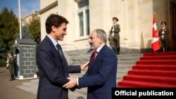 Премьер-министр Армении Никол Пашинян (справа) и премьер-министр Канады Джастин Трюдо