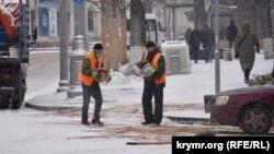 В ликвидации снежных наносов на дорогах Севастополя, обработке остановочных площадок задействуют более 20 дорожных рабочих