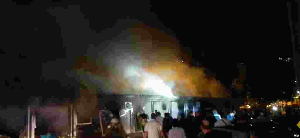 Zjarrfikësit dhe njerëzit duke reaguar pas kaplimit të spitalit nga zjarri në Tetovë. (8 shtator)