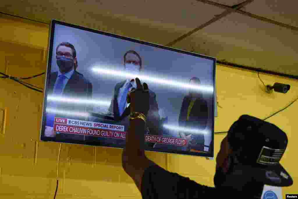 Телевизиите ги пренесуваа настаните во судницата во живо.