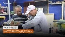 Как забить гвоздь и сделать табуретку учат школьников сибирские пенсионеры