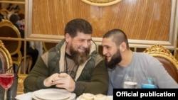 Глава Чечни Рамзан Кадыров (слева) и чеченский боец UFC Хамзат Чимаев