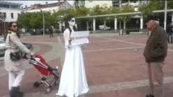Podgorica: Ćutajuća djevojka u bijeloj haljini
