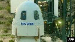 У липні Безос уперше вилетів у космос, а потім благополучно повернувся на Землю на борту ракетного корабля New Shepard