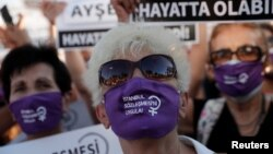Акция протеста, проходившая в Стамбуле в августе 2020 года, когда правящая партия только намеревалась вывести страну из Стамбульской конвенции, защищающей права женщин.
