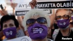 """Коргоочу беткапка """"Стамбул келишимин турмушка ашыр!"""" деген талапты жазып, нааразылык жыйынга чыккандар. Стамбул, Түркия. 2020-жылдын 5-августу."""