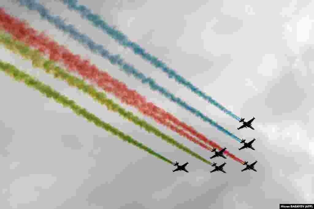Военные самолеты выпустили дым в цветах азербайджанского флага над Баку