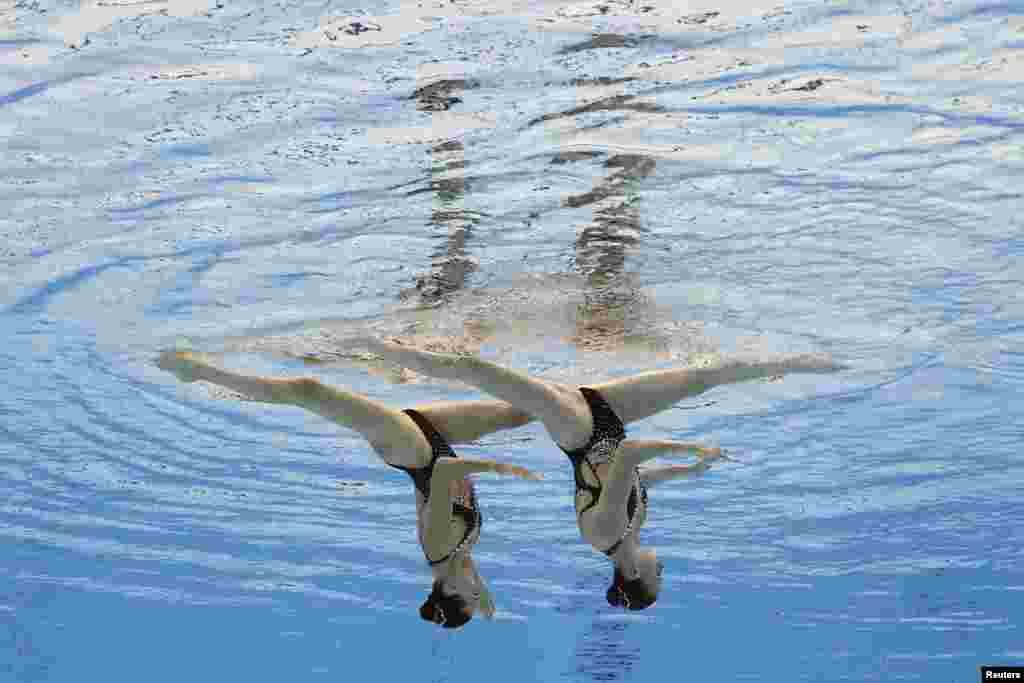 Марта Федина и Анастасия Савчук из Украины во время выступления на Олимпийских играх. Художественное плавание, техническая программа для женских дуэтов, предварительный раунд. Токио, 3 августа 2021