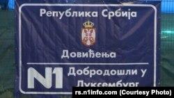 Plakat ostavljen na ogradi televizije N1 u Beogradu 4. maja