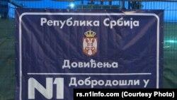 Baner koji su nepoznate osobe okačile 4. maja 2021. godine na ogradu oko zgrade privatne TV N1 na Novom Beogradu