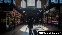 Idős vásárlók a budapesti Fővám téri Nagycsarnokban a járvány idején