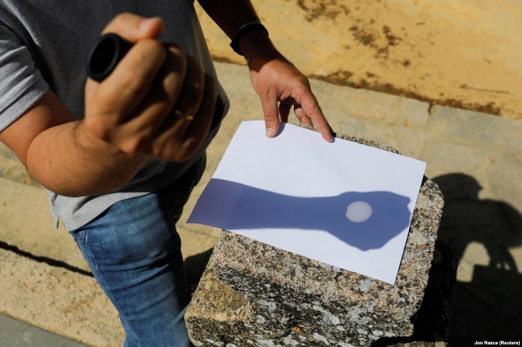 А цей чоловік, щоб відобразити затемнення на папері, використовує монокуляр, Ронда, південь Іспанії