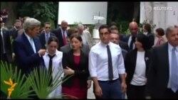 Жон Керри Тбилисида студентлар билан сайр қилди