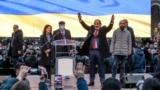 نیکول پاشینیان، نخستوزیر ارمنستان، در تجمع هوادارنش در ایروان، یکم مارس ۲۰۲۱