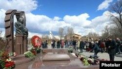 Սերժ Սարգսյանը Կոմիտասի անվան պանթեոնում ծաղիկներ է դնում Անդրանիկ Մարգարյանի գերեզմանին