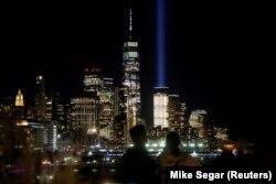 Дүниежүзілік сауда орталығы орнынан аспанға қарата жағылған шам. Нью-Йорк, 10 қыркүйек 2021 жыл.
