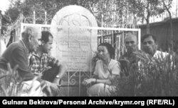 Бекир Умеров среди участников национального движения. Третья слева – Айше Сеитмуратова (Архив автора)