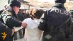 Evləri sökmək üçün sakinləri polis gücünə çıxarırlar