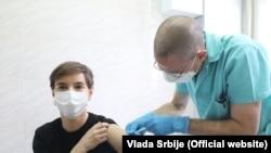 Српската премерка Ана Брнабиќ се вакцинираше против ковид-19.