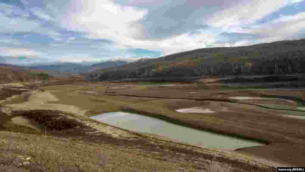 Пересохшая пойма Качи и одновременно юго-восточная часть водохранилища. Сама река вьется тоненькой змейкой посредине