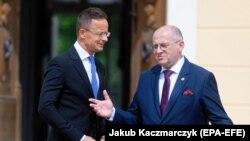 Міністар замежных спраў Польшчы Зьбігнеў Раў (справа) з вугорскім калегам Пэтэрам Шыяртам, чэрвень 2021 году