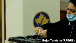 Një zyrtare mbyll kutinë e votim