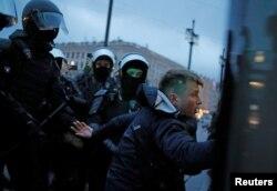 Задержание в центре Петербурга. Задержанные сообщают о травмах, нанесённых сотрудниками полиции. Фото: Reuters