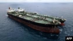 در شرق آسیا، نفتکشهای ایران برای فرار از تحریمها بخشی از بار خود را در نزدیکی سنگاپور و مالزی به نفتکشهای دیگر خالی میکنند.